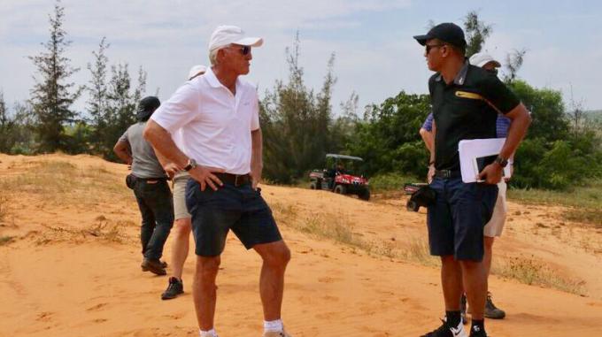 Ông Greg Norman khảo sát thực tế cho sân gôn chuẩn bị triển khai tại Phan Thiết.