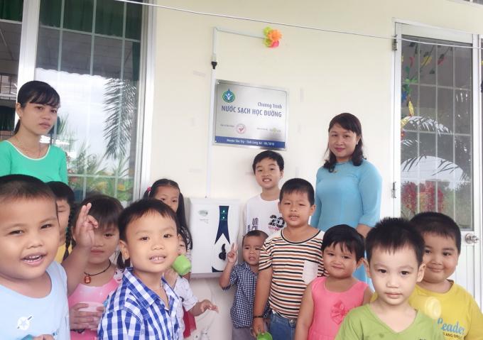 Giáo viên và học sinh trường mầm non huyện Tân Trụ (Long An) vui mừng đón nhận máy lọc nước sạch do Novaland tài trợ.