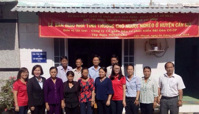 Các hộ gia đình tại Cần Giờ phấn khởi và xúc động trong ngày nhận bàn giao ngôi nhà mới.