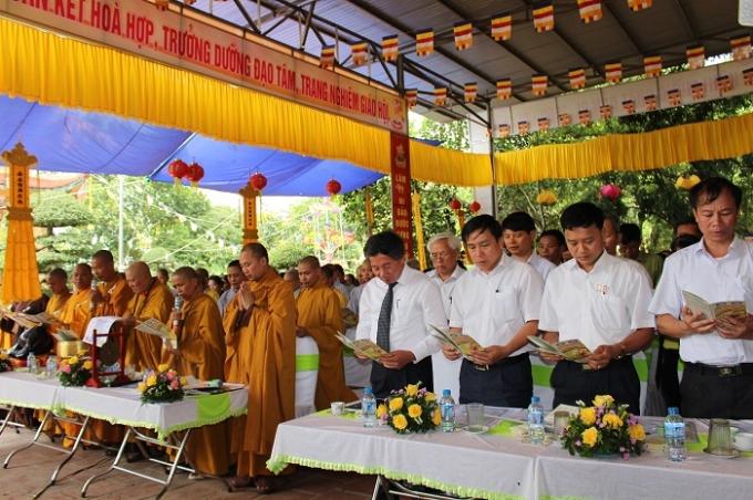 Tăng ni, phật tử thực hiện nghi thức Phật đản, tắm phật.
