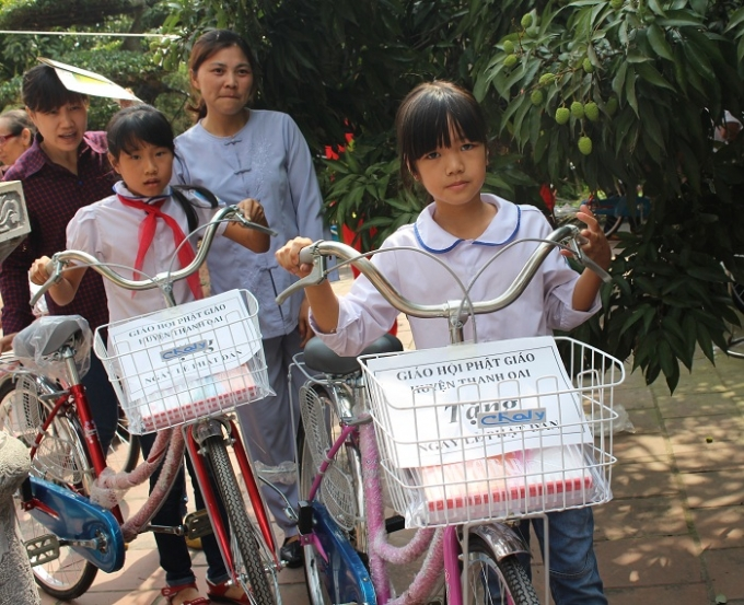 Niềm vui của các em học sinh khi được nhận quà từ giáo hội phật giáo huyện Thanh Oai