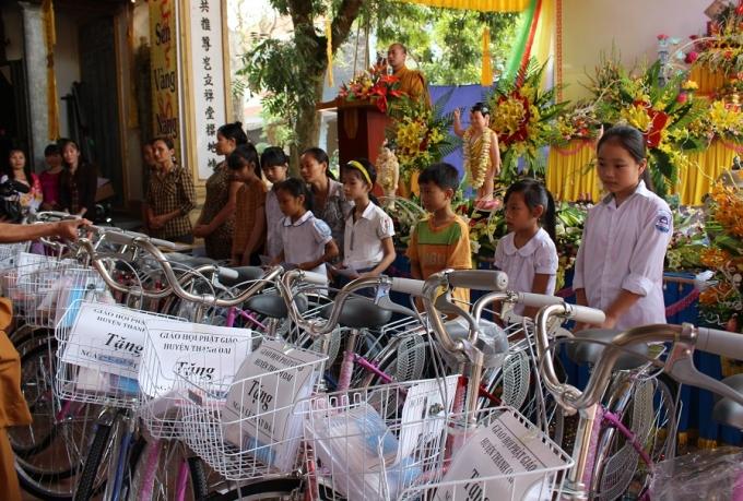 Trao tặng 25 chiếc xe đạp và những phần quà có giá trị cho các em học sinh có hoàn cảnh khó khăn.