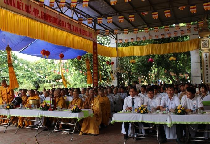 Hơn 1.000 tăng ni, phật tử và người dân tham dự Đại lễ Phật đản 2560.