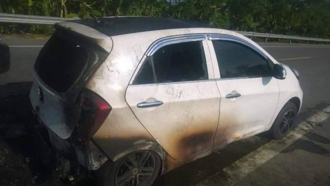 Nội thất chiếc xe đã bị ngọn lửa thiêu rụi (ảnh FB).