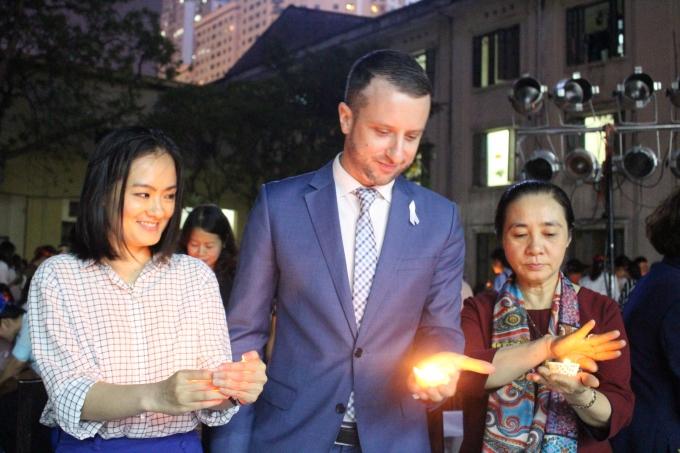 Đại diện Đại sứ quán Australia tại Việt Nam cùng thắp nến chống bạo lực gia đình.