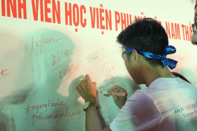 """Ký tên hưởng ứng thông điệp """"Sinh viên Học viện Phụ nữ Việt Nam phản đối bạo lực gia đình""""."""