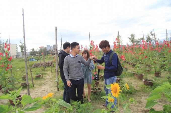 Các bạn trẻ cùng nhau lưu lại khoảnh khắc tại vườn hoa.