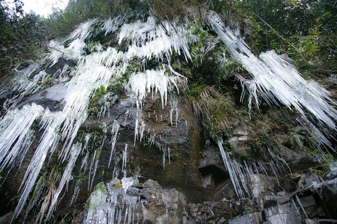 Cảnh hùng vỹ khi thác nước đóng băng.