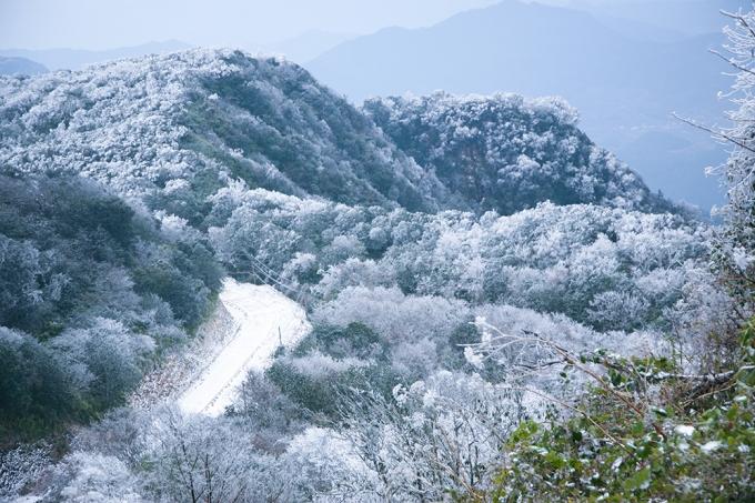 Núi Phía Oắc - Huyện Nguyên Bình - Cao Bằng, dãy núi có độ cao gần 2.000 m so với mặt nước biển và là đỉnh núi cao nhất của tỉnh Cao Bằng.