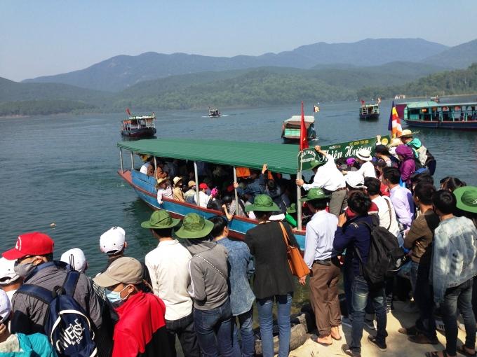 Bến thuyền du lịch Chùa Hương Tích từng bị phạt 15 triệu đồng vì chưa được cấp phép bến thủy nội địa.
