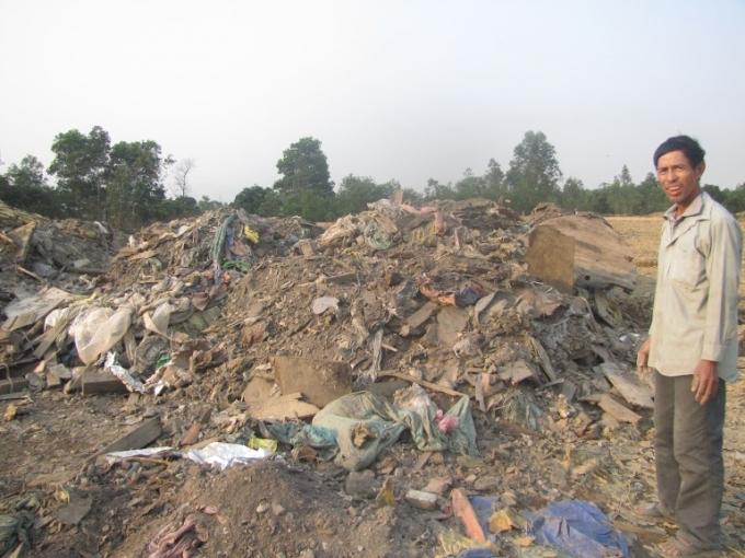 Người dân bên cạnh hàng tấn rác thải được chất đầy khắp nơi trên địa bàn Khu kinh tế Vũng Áng.