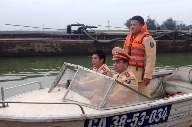 Phòng CSGT đường thủy Hà Tĩnh kiểm tra bến bãi, phà cát hoạt động trên sông La.