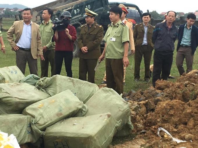 Lực lượng quản lý thị trường số 2 (Hà Tĩnh) đã tiêu hủy gần 1,5 tấn thực phẩm bẩn vào chiều ngày 13/12.