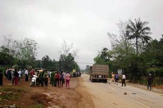 Hiện trường vụ tai nạn thảm khốc khiến thai phụ và con gái 5 tuổi tử vong tại chỗ.