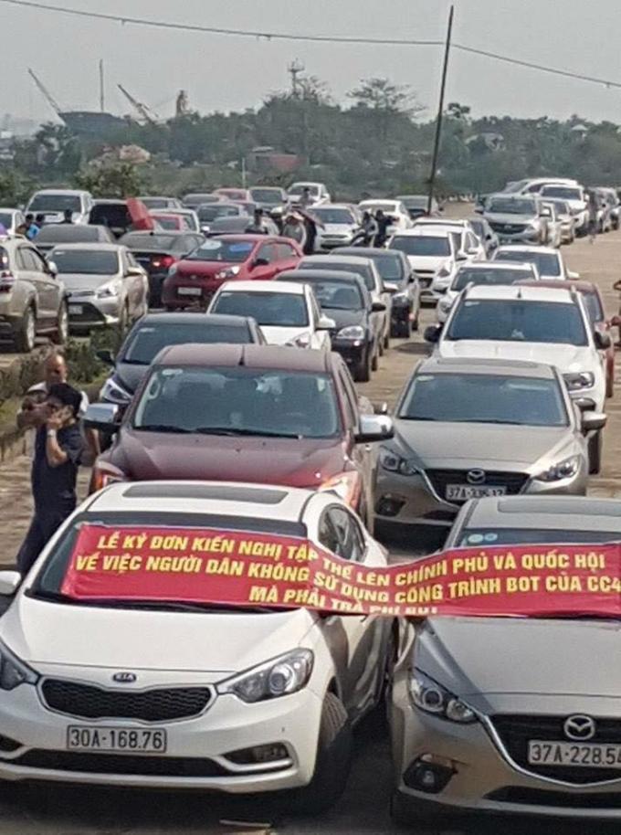 Hình ảnh hàng trăm xe tập trung trước cầu Bến Thủy 1 và đồng loạt ký đơn kiến nghị lên Chính phủ về việc trạm thu phí