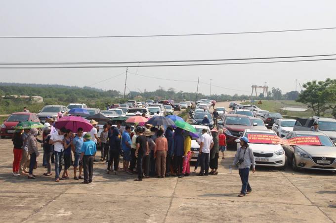 Người dân huyện Nghi Xuân (Hà Tĩnh) đồng loạt ký đơn kiến nghị trình lên Chính phủ về việc trạm thu phí
