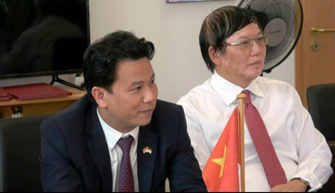 Chủ tịch UBND tỉnh Hà Tĩnh Đặng Quốc Khánh cùng Tham tán công sứ Nguyễn Hữu Tráng chứng kiến các biên bản ghi nhớ được ký kết.