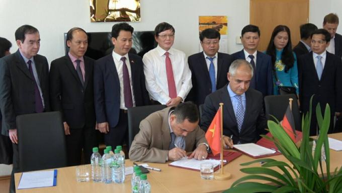 Công ty TNHH Thanh Thành Đạt ký biên bản ghi nhớ về lĩnh vực cung cấp thiết bị và dịch vụ kỹ thuật cho nhà máy gỗ ván dăm với Tập đoàn Imal Pal Group (Italia).