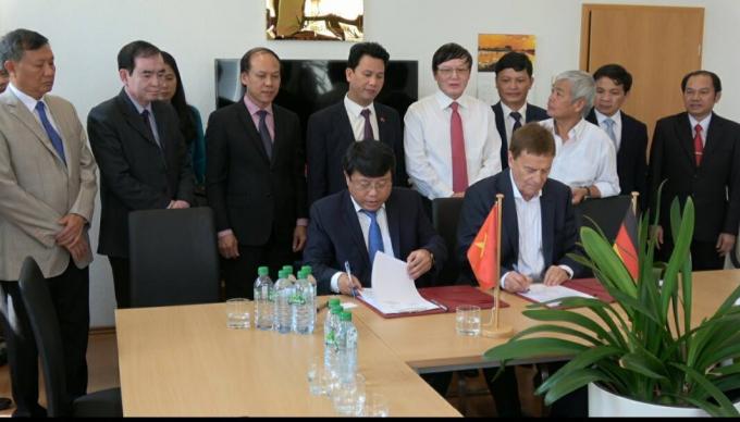 Phó CT UBND tỉnh Hà Tĩnh Dương Tất Thắng tham gia ký biên bản ghi nhớ với đại diện doanh nghiệp CHLB Đức.