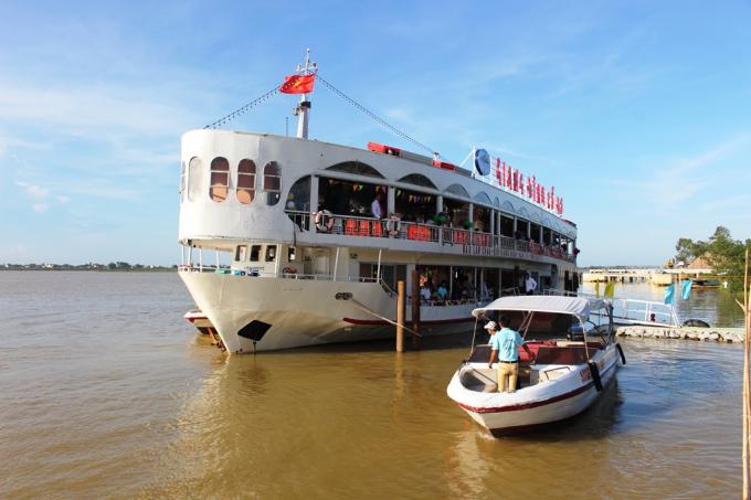 Du thuyền gồm 2 tầng với sức chứa gần 400 hành khách.