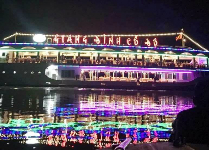 Du thuyền Giang Đình cổ độ về đêm.