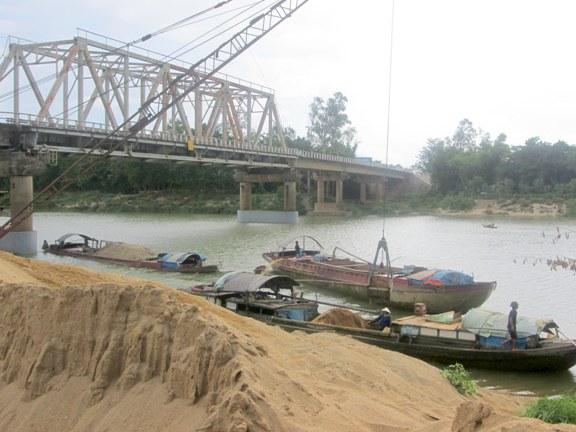 Một bến cát trên sông La chưa được cấp phép bến thủy nội địa ở Đức Thọ.