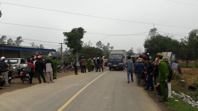 Rất đông người dân hiếu kỳ vây quanh vụ tai nạn.
