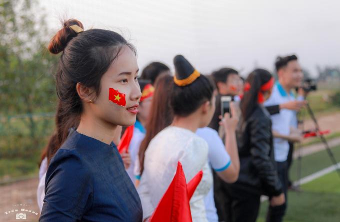 Cả những em sinh viên đến từ đất nước Lào, vẫn nhiệt tình nhiệt huyết với bóng đá Việt Nam.