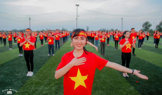 Chùm ảnh: Gần 1.000 nữ sinh trường ĐH Hà Tĩnh tiếp lửa cho U23 Việt Nam trước trận chung kết