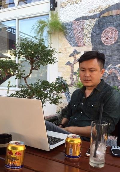 Nhà báo Bùi Tiến đang kể lại sự việc với Pháp luật Plus.