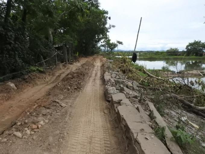 Việc những xe chở vật liệu chạy liên tục khiến đường đê ra khu vực thi công Cống Đập Hàu bị hư hỏng như thế này.