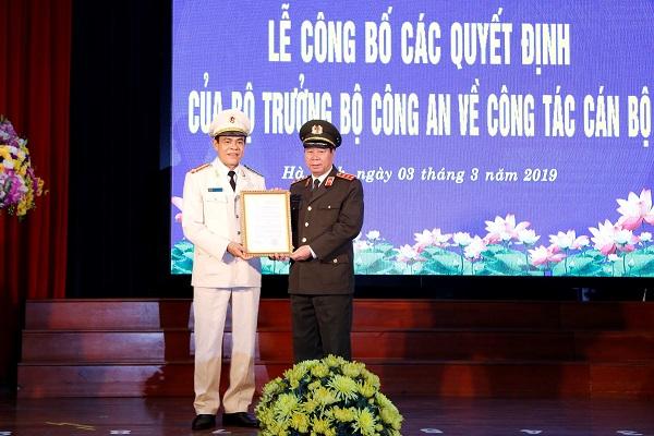 Thượng tướng Bùi Văn Nam trao quyết định Giám đốc Công an Hà Tĩnh cho Đại tá Võ Trọng Hải.