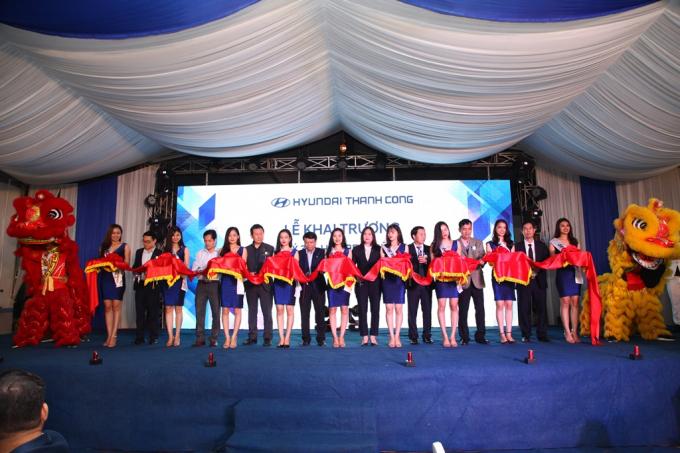 Lãnh đạo tỉnh Hà Tĩnh và Công ty cổ phần Hyundai Thành Công cắt băng khai trương.