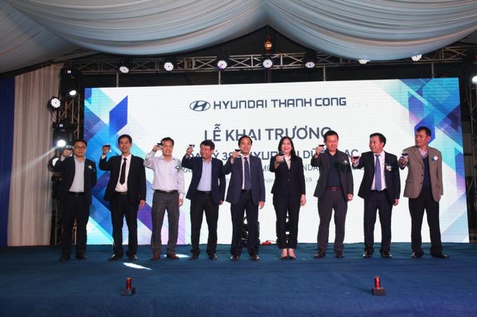 Nâng ly chúc mừng đại lý 3S đầu tiên tại khu vực Nghệ An – Hà Tĩnh.