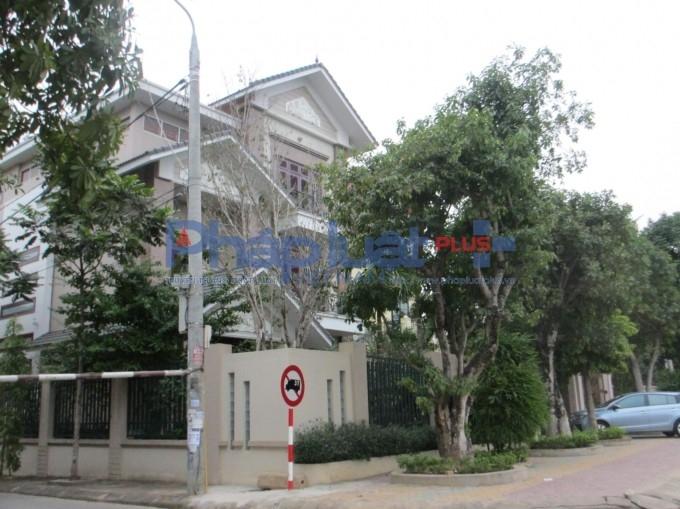 Ngôi biệt thự 3 tầng với kiến trúc tỉ mỉ nằm tọa lạc trên đường Nguyễn Tất Thành .