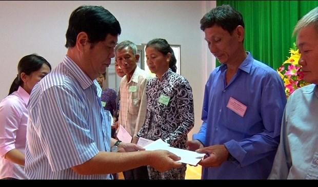Ông Nguyễn Phong Quang, nguyên Phó trưởng Ban Thường trực, Ban Chỉ đạo Tây Nam bộ – Chủ tịch Hội Hỗ trợ người nghèo Tây Nam bộ trao quà các hộ nghèo, gia đình đình chính sách có hoàn cảnh khó khăn