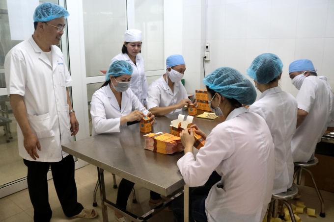 Lương Y Phạm Trọng Hùng kiểm tra quá trình đóng gói sản phẩm.