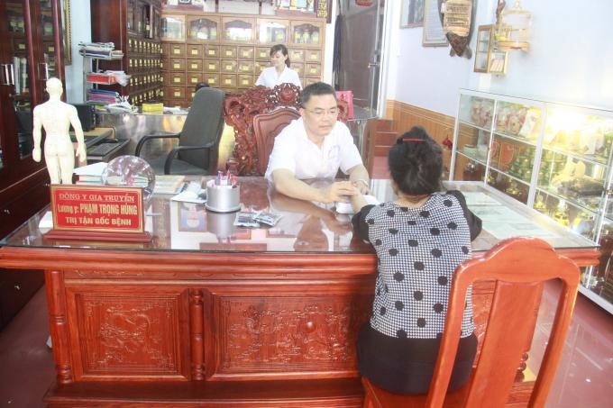 Lương Y Phạm Trọng Hùng khám chữa bệnh cho bệnh nhân.
