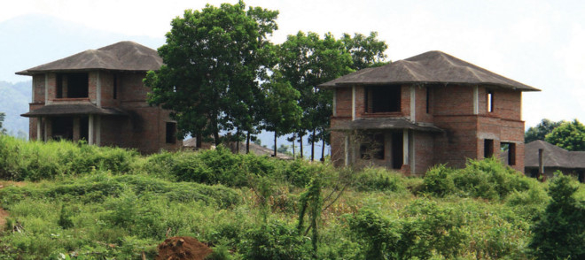 Nhiều biệt thự bỏ hoang của Dự án Green Villas. Ảnh: Nguyễn Thành.