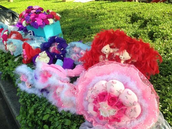 Thị trường hoa ngày 20/10: Hoa khô giá tiền triệu, kỳ lạ hoa