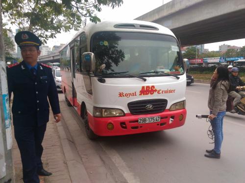 Xe khách chạy sai lịch trình bị thanh tra giao thông quận Nam Từ Liêm xử lý. Ảnh Quang Minh