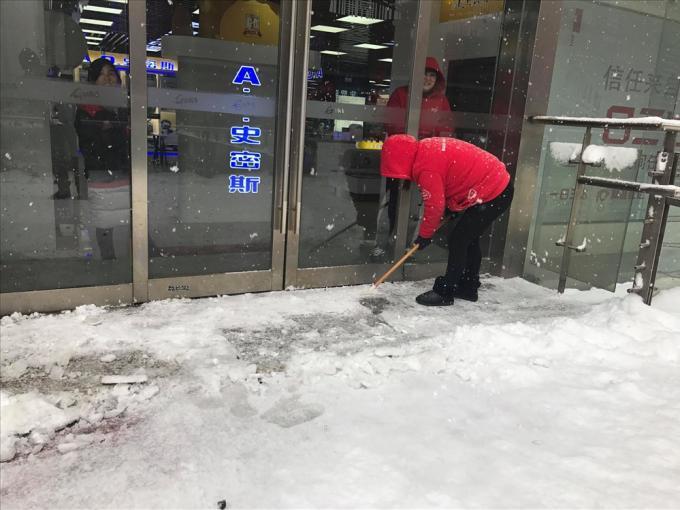 Các nhân viên đang dọn dẹp tuyết tại SVĐ Thường Châu. Ảnh: Vĩnh Mơ