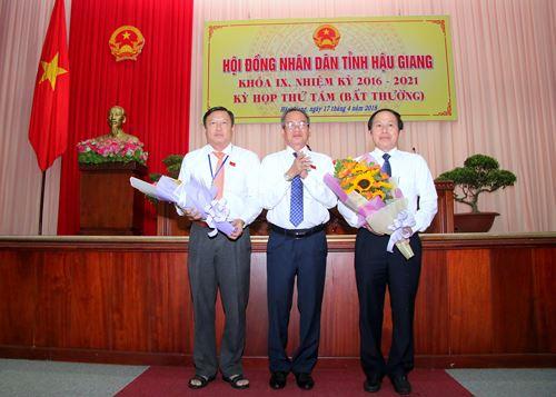 Ông Lê Tiến Châu - Phó Bí thư Tỉnh uỷ, Chủ tịch UBND tỉnh Hậu Giang (ngoài cùng bìa phải) ra mắt tại kỳ họp.