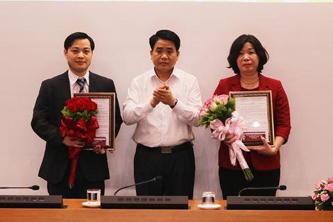 Chủ tịch UBND TP Nguyễn Đức Chung trao quyết định bổ nhiệm lãnh đạo sở KH-CN (trái) và Sở VH-TT (phải) (Ảnh: ANTĐ)