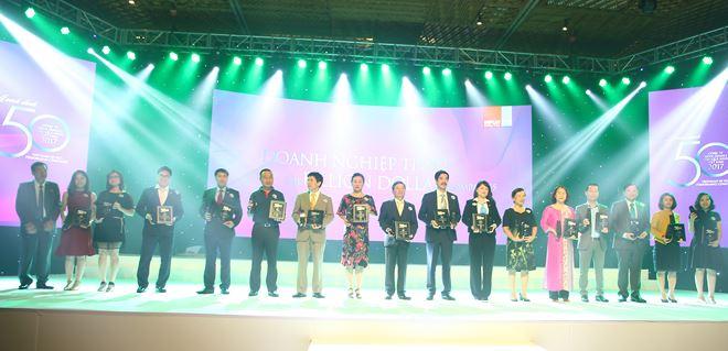 Ông Bùi Xuân Huy – Tổng giám đốc Tập đoàn Novaland nhận chứng nhận Top 50 Công ty kinh doanh hiệu quả nhất Việt Nam và vinh danh Top Doanh nghiệp tỷ đô trên sàn chứng khoán