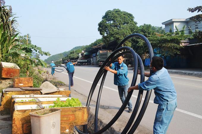 Các công nhân thi công lắp đặt đường ống nước sạch. Ảnh minh họa
