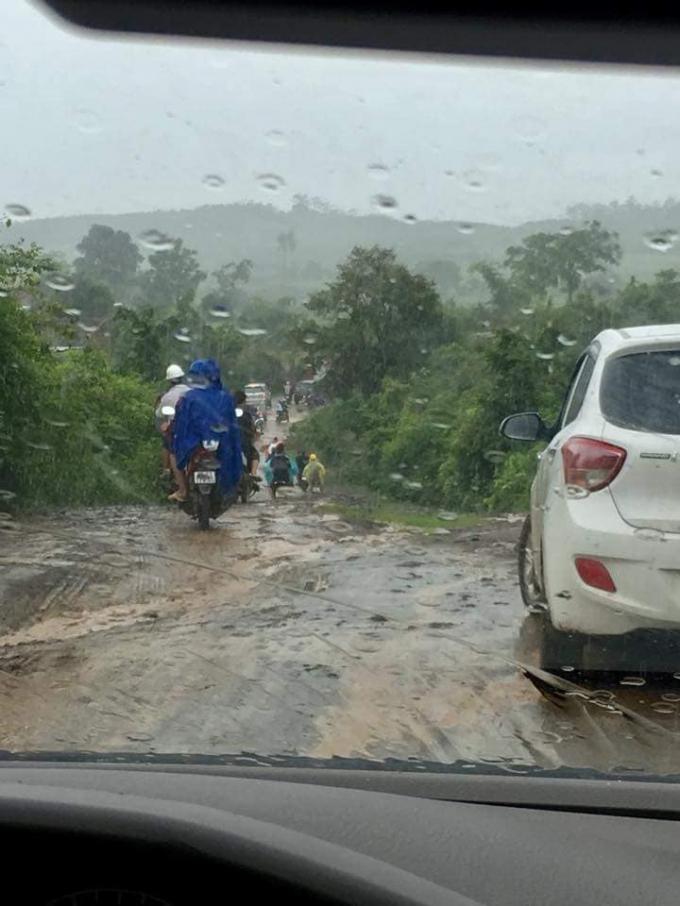 Đường vào hiện trường nơi xảy ra vụ rơi máy bay đang mưa lớn.