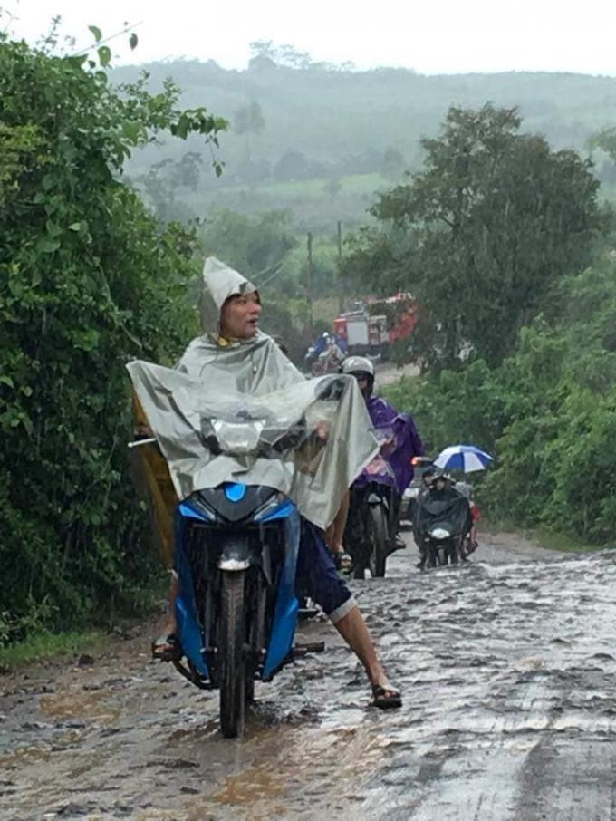 Trời mưa lớn, gây khó khăn cho công tác cứu hộ.