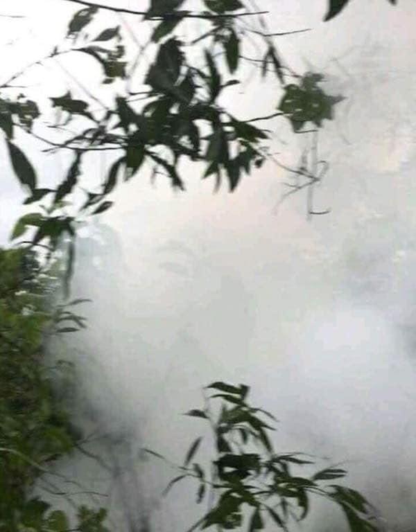 Vụ nổ đã khiến khu vực xung quanh xảy ra cháy nhỏ.