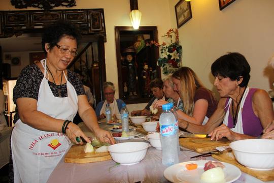 Bà Ánh Tuyết say mê dạy học viên người nước ngoài chế biến các món ăn Hà Nội.